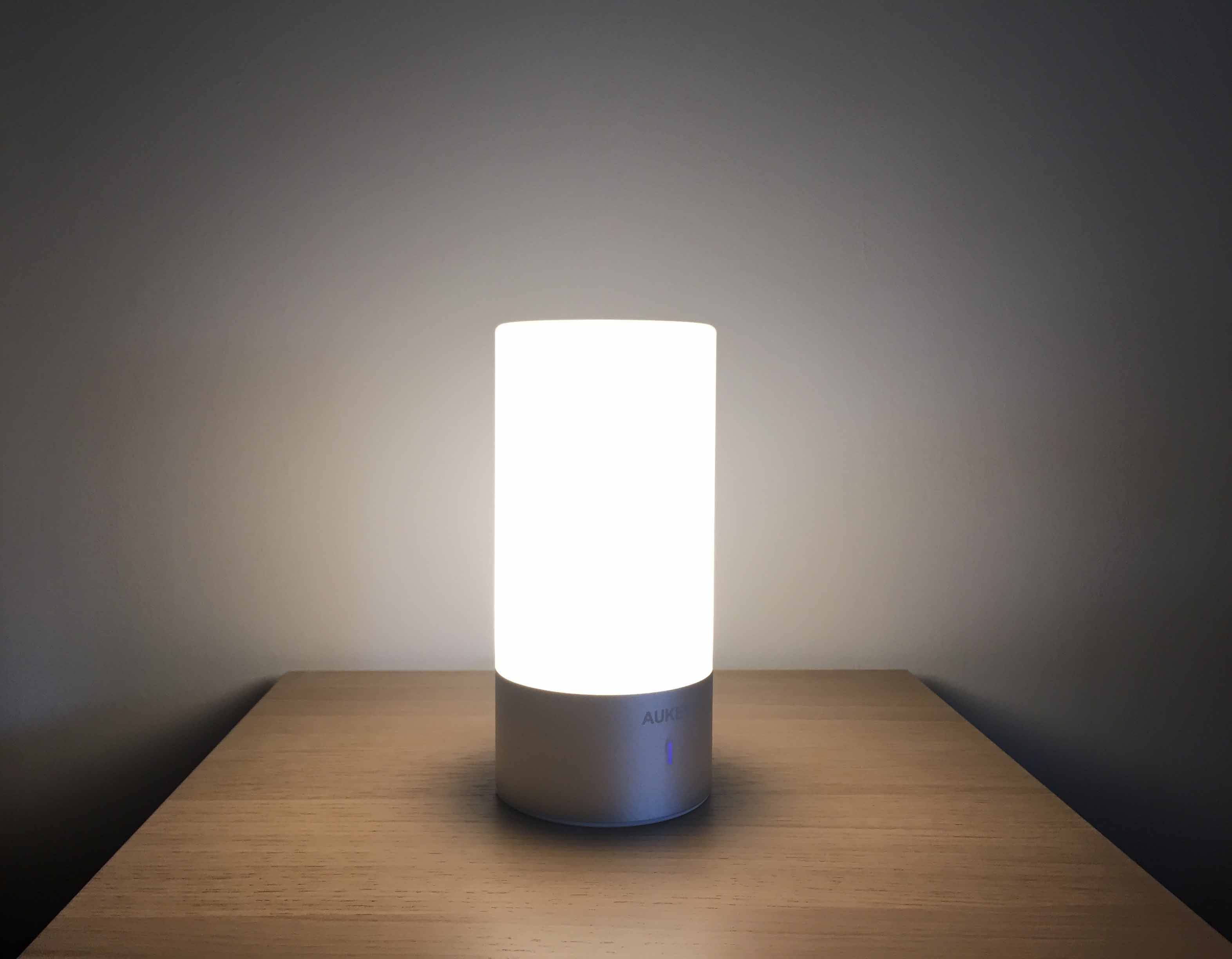 test de la lampe de chevet led aukey tactile blanc et couleurs with lampe de chevet tactile design. Black Bedroom Furniture Sets. Home Design Ideas
